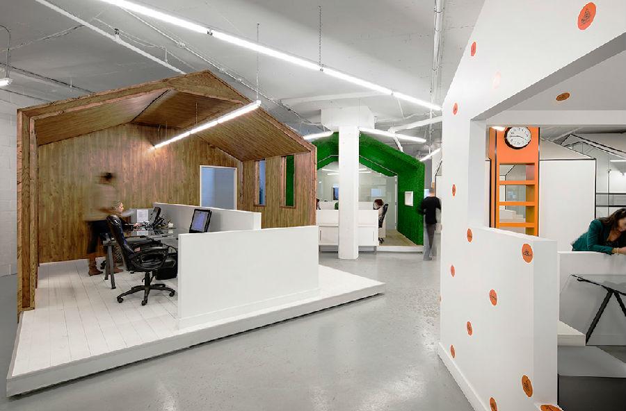 辦公室空間是一家公司的辦公之地,也代表著一家公司的形象,裝修設計良好的辦公室,不僅能讓員工方便工作,也能讓客服感覺公司的專業 ,所以辦公室裝修與設計都不容忽視,下面就介紹北京辦公室設計最重要的設計要素和風水布局原則。  (一)北京辦公室設計裝修的秩序感 辦公室裝修設計的秩序感,是指形的反復、形的節奏、形的完整和形 的簡潔。北京辦公室設計也正是運用這一基本理論來創造一種安靜、平和 與整潔環境。秩序感是辦公室設計的一個基本要素。 要達到北京辦公室設計中秩序的目的,所涉及的面也很廣,如家具樣式與色 彩的統一;平